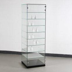 Standvitrine aus Glas mit Präsentationsfläche