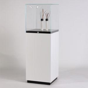podium x27 haubenvitrine abschlie bar auf sockel 2 farbig glasvitrine online g nstig kaufen. Black Bedroom Furniture Sets. Home Design Ideas