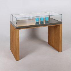 Tischvitrine mit Glashaube