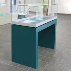 Abschließbare Tischvitrine mit Glashaube