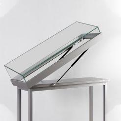 Tischvitrine mit schräger Glashaube